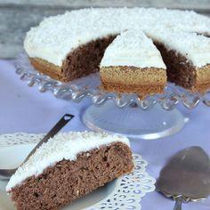 Choklad- och vaniljmums. Urläcker, saftig och luftig chokladkaka med vaniljglasyr och kokos.