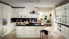 Landhausküchen weiß Kochinsel schwarze Marmorplatte