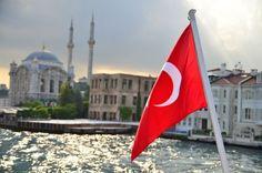 Türkische Flagge auf einem Boot in Istanbul