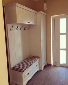 Mudroom Storage Bench, Mudroom Laundry Room, Hallway Storage, Storage Benches, Interior Design Living Room, Living Room Designs, Home Entrance Decor, Home Decor, Hallway Furniture
