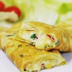 """Para fazer esta """"panqueca"""" você faz uma omelete bem fininha e nem sequer tenta virar, só cobre com presunto e queijo ainda na frigideira, e enrola.   12 receitas de 15 minutos para você comer direitinho em 2017"""