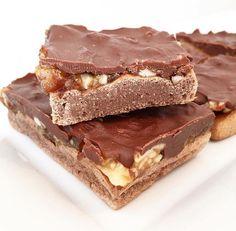 Du möchtest gerne abnehmen, aber wirst schnell zur Diva, wenn Du keine Snickers essen darfst? Kein Problem mit diesem leckeren Rezept für Protein Snickers.