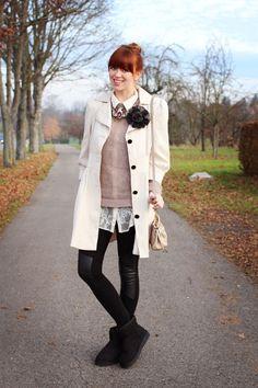Ich trage einen Pullover von COS, Hemd von H, Mantel von Primark, Schuhe von Ugg, Leggins von H, Kette von Zara, Tasche von Miu Miu