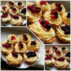 Egy finom Vaníliás kosárka erdei gyümölcsökkel ebédre vagy vacsorára? Vaníliás kosárka erdei gyümölcsökkel Receptek a Mindmegette.hu Recept gyűjteményében! Hungarian Cake, Cake Recipes, Dessert Recipes, Mini Tart, Cake Art, Mini Cupcakes, Muffin, Cheesecake, Yummy Food