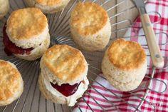 Scones Kitchen Queen, Scones, Clotted Cream, Sweet Pie, Sunday Brunch, Breakfast Recipes, Sweets, Snacks, Cooking