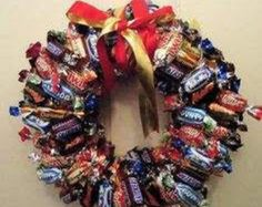 DIY Creative Christmas Decorations Using Wrapped Candy Bars (Christmas Bake Wreath) Christmas Wreaths To Make, Family Christmas Gifts, Christmas Makes, Homemade Christmas, Christmas Fun, Xmas Decorations To Make, Christmas Chocolate, Christmas Bedroom Decorations, Christmas Gift Ideas