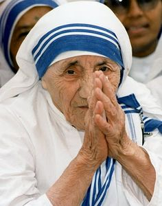 Blessed Mother Teresa of Calcutta was a Catholic Sister who respected all life. She worked her whole life serving others. A true hero Papa Francisco, Catholic Saints, Roman Catholic, Catholic News, Inspirer Les Gens, Saint Teresa Of Calcutta, Mother Teresa Quotes, Juan Pablo Ii, Testament