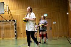 Studenten der FHV beim wöchentlichen Sport Volleyball, Basketball Court, Running, Sports, Students, Hs Sports, Keep Running, Why I Run, Volleyball Sayings
