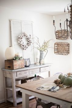 Simple and neutral fall farmhouse dining room decor using natural elements