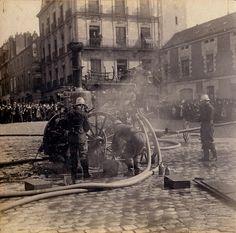 Démonstration d'un exercice de pompiers place Edouard-Normand en 1900