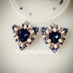 "Brightlightbeads on Instagram: ""Dreieck Ohrringe in Arbeit!  Ich mag das tiefblaue Glitzern mit dem Perlmuttschimmer! 💙  Triangular Earrings in progress!  I love how the…"" Swarovski, Beaded Jewelry, Stud Earrings, Instagram, Deep Blue, Triangles, Pearl Decorations, Ear Piercings, Bead Jewelry"