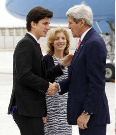 Visite historique Pour John Kerry au Japon. Le secrétaire d'Etat américain John Kerry est arrivé dimanche au Japon pour une réunion du G7 à Hiroshima une visite sans précédent d'un ministre américain dans cette ville frappée par une bombe atomique en août 1945. Arrivé à la base militaire Iwakuni où il a été accueilli par l'Ambassadeur U.S Caroline Kennedy fille de l'ancien président américain John Fitzgerald Kennedy et son fils Jack Schlossberg en provenance de Kaboul le chef de la…