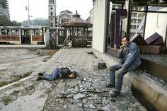 Un joven ha sido alcanzado por un francotirador. Un nombre espera su traslado a la morgue. Junio de 1992. Fotografía de Gervasio Sánchez