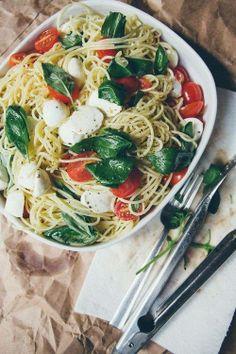 Espaguete alho e óleo + tomatinhos, mussarela de búfala e manjericão