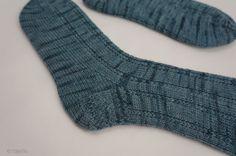 Socken stricken im Hochsommer? Gar kein Problem, man muss ja schließlich für die kälteren Zeiten vorsorgen. Mein erstes Paar Socken ist geschafft.