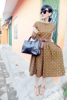 wearing '50s-inspired dress :Batik Amarillis's hey day 3 dress in my favourite classic & classy batik pattern 'Randu Kintir' sogan from sragen,Celine's 'Audrey eyewear & Longchamp's 'Roseau  Croco Bag