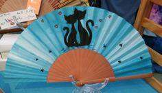 Paipáis - ABANICO  DE ALGODON PINTADO A MANO - hecho a mano por Litibet en DaWanda Hand Held Fan, Hand Fans, Fan Decoration, Cat Art, Cross Stitch Patterns, Projects To Try, Kitty, Antiques, Drawings