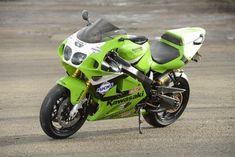 1996 Kawasaki with a engine Modular Motorcycle Helmets, Motorcycle Jeans, Kawasaki Motorcycles, Racing Motorcycles, Kawasaki Zx7r, Honda Scrambler, Zx 10r, Old Bikes, Classic Bikes