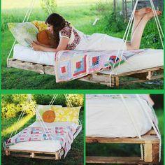 wiszące łóżko z palet
