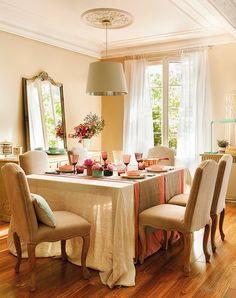 vuelve-a-vestir-la-mesa-(en-verano-todo-es-más-informal,-ahora-podemos-volver-a-vestir-mesa,-con-creatividad. Un comedor para largas sobremesas