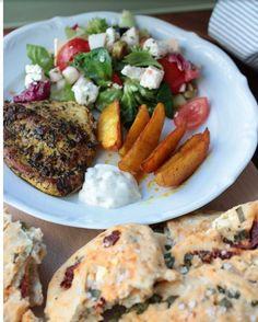 Auch wenn es draußen eher nach Winter aussieht, läute ich auf dem Blog mal die Grillsaison ein. Es gibt Gyrosschnitzel mit Kurkuma-Kartoffelspalten und Bärlauch-Tomaten-Feta Brot! Rezept auf dem Blog! #foodstagram #grillen #brot #kurkuma #bärlauch #recipeontheblog #rezept #bread #ichliebefoodblogs #rezeptebuchcom #gloobyfood #kitchenbowl #feedfeed #foodlover #foodoftheday