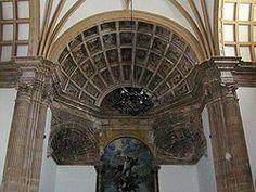 Andrés de Vandelvira. Bóveda de cuarto de esfera de la cabecera, la cual es dividida en casetones para albergar los relieves iconográficos. Iglesia del antiguo convento de Santo Domingo de La Guardia, Jaén.