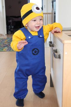 Minion costume represented by www. Baby Minion Costume, Purple Minion Costume, Minion Halloween Costumes, Chic Halloween, Cute Costumes, Baby Costumes, Minion Birthday, Minion Party, Happy Birthday