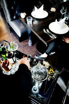 Wir bieten euch einen exklusiven Bar-Service am Tisch an. Fragt einfach unser Team oder schreibt uns an table@grande-etoile.de Restaurant, Snacks, Burger, Bar, Table Settings, Lunch Bags, Fish Dishes, Easy Meals, Table