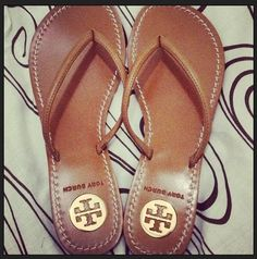 Tory Burch ❤ im a flip flop kind of girl Cute Shoes, Me Too Shoes, Looks Style, My Style, Fashion Shoes, Fashion Accessories, Baskets, Crazy Shoes, Shoe Game