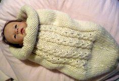 Uma meia Swaddle do bebê – o tronco Thousand Mailed – Quarto Bebe Cocoon Bebe, Tricot Baby, Knit Crochet, Crochet Hats, Baby Swaddle, Reborn Baby Dolls, Baby Time, Baby Knitting, Snug