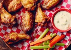 Sport night made easy with this easy chicken wing recipe. One night made easy to cook! Easy Chicken Wing Recipes, Baked Chicken Wings, Fried Chicken, Drumettes Recipe, Poulet General Tao, New Recipes, Cooking Recipes, Leftovers Recipes, Food