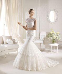 O rochie în stil sirenă, perfectă! Tulle-ul fin şi dantela aplicată îi întregesc farmecul regal: http://www.cristalmariage.ro/colectia-2014/la-sposa/colectia/inssua