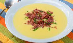 Esta receita é uma adaptação do famoso escondidinho, porém em forma de creme de mandioca acompanhado por carne seca e cebolinha!