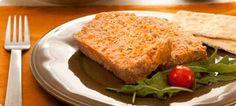 Delicioso pastel de carne con galletas saladas y carne de res, cerdo y pechuga de pavo