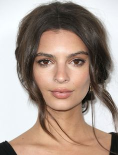 Emily Ratajkowski Messy Updo - Emily Ratajkowski topped off her look with a messy-sexy beehive-inspired updo when she attended the Global Green USA pre-Oscar party. Updo Cabello Natural, Natural Hair Updo, Natural Makeup, Natural Hair Styles, Updo Casual, Beauty Makeup, Hair Makeup, Hair Beauty, Emily Ratajkowski Make Up
