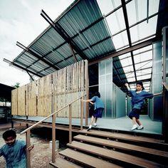 Construído na 2015 na Tailândia. Imagens do Spaceshift Studio. Em maio de 2014, um forte terremoto de 6.3 graus na escala Richter, sacudiu a província de Chiang Rai, no norte da Tailândia, destruindo 73 escolas e...
