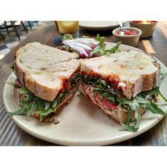 El gran sandwich de pato en Belmondo, Polanco, México, D.F. Lee + en http://www.mosaicomx.com/restaurantes/polanco/deli/belmondo.html