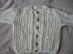 Cardigan irlandais, modèle tiré du catalogue Layette n°362 de Phildar, tricoté en