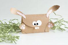 Eine Verpackung und eine Gutscheinkarte in sandfarbend als Osterhase, welche mit den Produkten von Stampin' Up! gestaltet wurde.