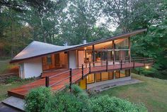 This one pretty awesome, Mid-century modern house in New Canaan by James Evans. Modern Exterior, Exterior Design, Residential Architecture, Modern Architecture, Mid Century House, Mid Century Modern Design, Modern Interior Design, Modern Roof Design, Midcentury Modern