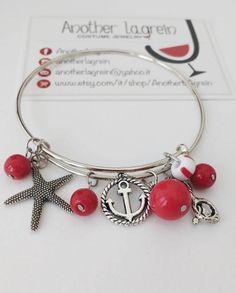 Bangle con perle rosse e charms, bracciale estivo, bracciale rigido, bracciale ancore, braccialetto taglia unica