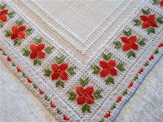 Annons på Tradera: Liten Vacker Handbroderad Duk med Röda Blommor, 35x34 cm.