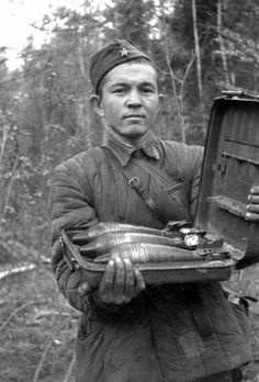 Sowetische soldat mit minen