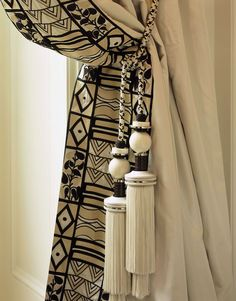 Mud cloth accent on drapes- Graf Ethnic Home Decor, African Home Decor, African Interior Design, African Design, Deco Ethnic Chic, African Living Rooms, African Themed Living Room, Rideaux Design, African House