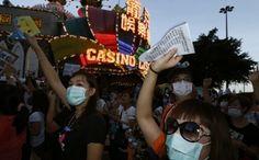 Die aktuellen Vorgänge in Macau beweisen wieder einmal, dass Glanz und Glamour meist nur nach außen hin präsentiert wird und hinter den Kulissen nichts mehr von dem Luxus und der Unterhaltung zu spüren ist. Die Croupiers und Dealer in Macau haben zum Streik aufgerufen, um auf diese Weise einen Arbeitskampf auszufechten.