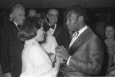 Mireille Mathieu lors d'une tournée au Brésil en novembre 1972 : lors d'une réception, la chanteuse rencontre la star du foot brésilien Pelé (né le 23.10.1940)