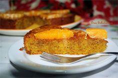 Bolo de Clementinas Ingredientes: 175 mL de óleo de girassol 200g de açúcar 100g de amêndoas 50g de pão ralado fresco (usei de pacote) 2 colheres de chá de fermento 4 ovos raspa de 5 clementinas Xarope de cobertura: 75g de açúcar sumo de 3 clementinas (+ 2 para decoração) Preparação: - Triture as amêndoas e coloque numa taça com os restantes ingredientes secos: o açúcar, o pão ralado e o fermento. Misture tudo e reserve; - Noutra taça misture os ingredientes líquidos: com a vara de arames…