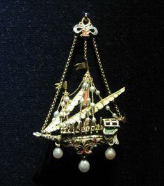 Chateau-Ecouen- BIJOU-PENDENTIF OU EX-VOTO: Navire. Or ciselé et émaillé, perles, corail rouge. Méditerranée orientale, XVII° ou XVIII°s. Legs B°S.de ROTHSCHILD. E.CL.20528.