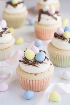 große Oster Cupcakes mit Schokoladenraspeln und bunte Eier als Dekoration The Effective Pictures We Offer You About Easter Recipes Dessert easy A qual Oster Cupcakes, Egg Cupcakes, Cupcake Cakes, Spring Cupcakes, Lamb Cupcakes, Pretty Cupcakes, Holiday Desserts, Holiday Baking, Holiday Recipes
