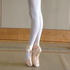 Great turn out + beautiful feet + incredible hyper-extension + scary good arches + new pointe shoes = AMAZING! Ballerina Feet, Ballet Feet, Ballet Dancers, Dancers Feet, Dance Like No One Is Watching, Just Dance, Pointe Shoes, Ballet Shoes, Ballet Beautiful